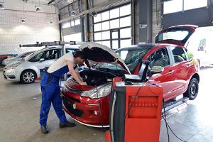 Können Sie im Auto den Geruch nicht selbst neutralisieren, muss ein Profi ran.