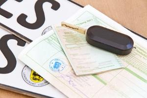 Haben Sie Ihr Auto-Scheckheft verloren, kann die Werkstatt mithilfe der Fahrzeugidentifikationsnummer ein neues ausfüllen.