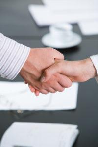 Bei einem Auto kann der Verkauf an einen Händler oder von privat an privat erfolgen.