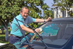 Wenn Sie Ihr Auto zu Hause waschen, können Sie ohne Wasser arbeiten.