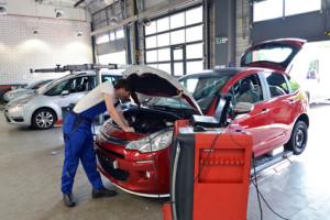 Bei einem Gebrauchtwagen-Gutachten wird das Fahrzeug genau überprüft.