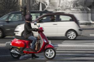 Ein Moped zu kaufen, kann in der Stadt die Parkplatzsuche erleichtern.
