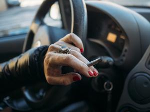 Raucherfahrzeug: Eine Ozonbehandlung wirkt gegen festgesetzte Gerüche.
