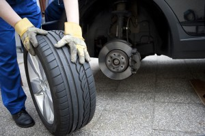 Für die Wertermittlung von einem Pkw wird der Wagen und sein Zubehör genau überprüft.